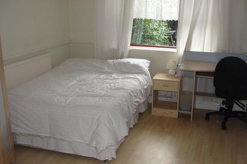 4 bedroom house share to rent - LYNCOMBE WALK