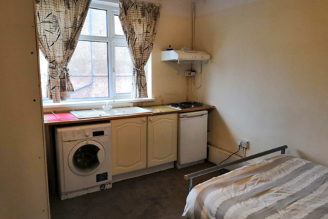 Studio to rent - Fishponds Road, Tooting, London SW17