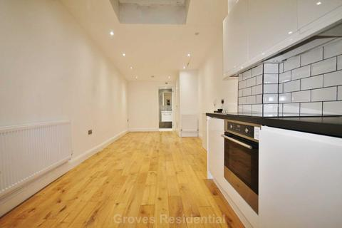 Studio to rent - Warren Drive North, Surbiton