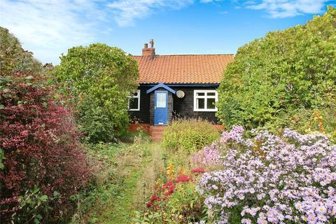 2 bedroom bungalow for sale - North Road, Halsham, Hull, East  Yorkshire, HU12