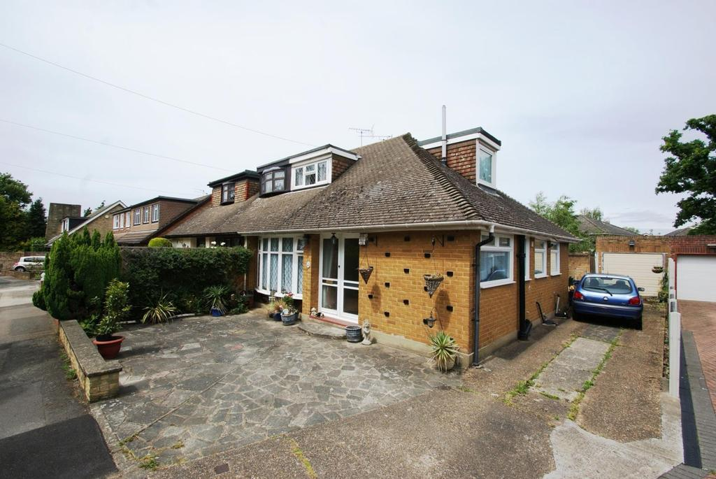 3 Bedrooms Chalet House for sale in Beverley Close, Hornchurch, Essex, RM11 3PB