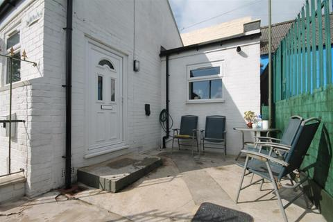 3 bedroom semi-detached bungalow to rent - Cross Villa Place, Off Westgate Road, Newcastle Upon Tyne