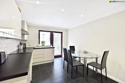 3 bedroom flat to rent - St Mary Graces Court, Cartwright Street, London E1