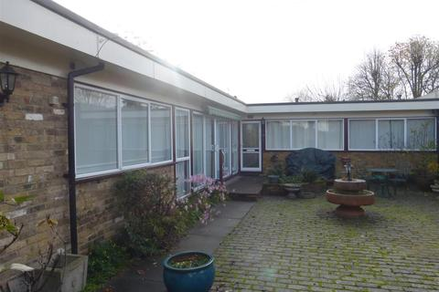 3 bedroom bungalow to rent - The Bourne, Ware