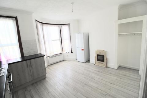 3 bedroom flat to rent - Hawthorne Road