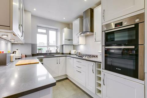 3 bedroom flat for sale - Esher Gardens, London
