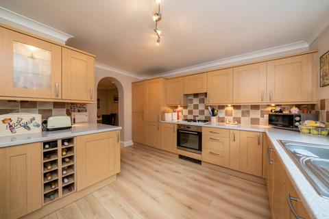 4 bedroom house for sale - DECEPTIVELY SPACIOUS AND SUPERBLY PRESENTED 4 BEDROOM HOME .