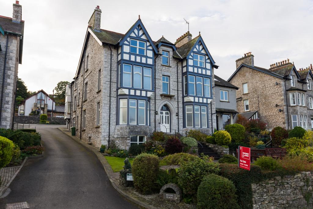 2 Bedrooms Maisonette Flat for sale in 9 Herons Reach, Promenade, Arnside, Cumbria LA5 0AD