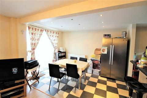 3 bedroom end of terrace house for sale - A Great First Time Buy on Wexham Close, Luton