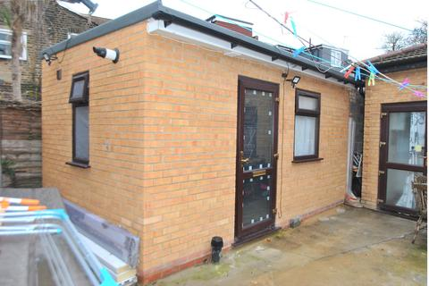 Studio to rent - Cann Hall Road, Leytonstone, E11