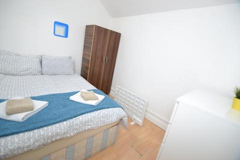 1 bedroom flat share to rent - Hessel Street, Aldgate East, London, E1 2LP