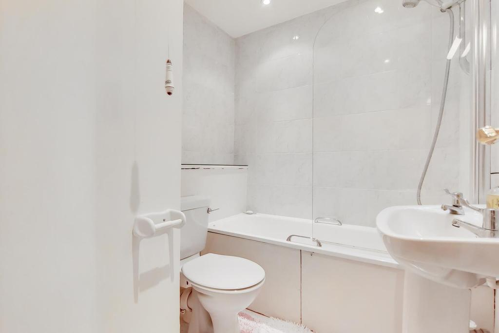 6 Bathroom 0.jpg