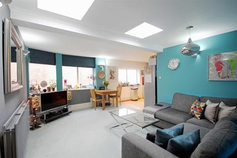 2 bedroom flat for sale - Coombe Road, Brighton