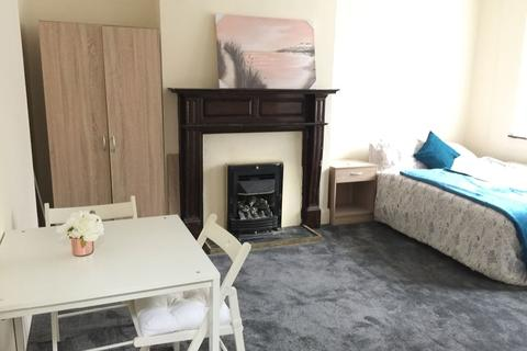 5 bedroom house share to rent - Large Double Room to Rent in Marlborough lane,Greenwich.