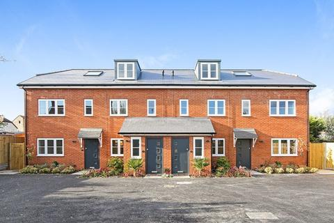 4 bedroom end of terrace house for sale - 4 Oakcroft Mews Sutton, SM1 2NB