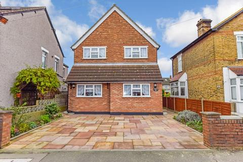3 bedroom detached house for sale - Havering Road, Romford, RM1