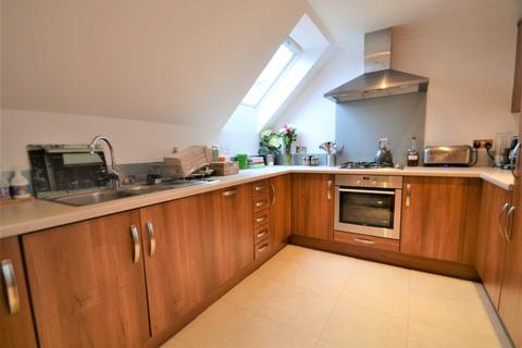 2 bedroom penthouse to rent - Highdown Close, Banstead, SM7 1AS