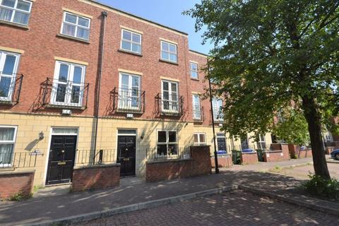 4 bedroom terraced house to rent - FOUR BEDROOM house with FAMILY BATHROOM & EN-SUITE