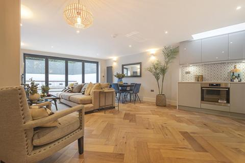 3 bedroom flat for sale - Gambole Road, Tooting