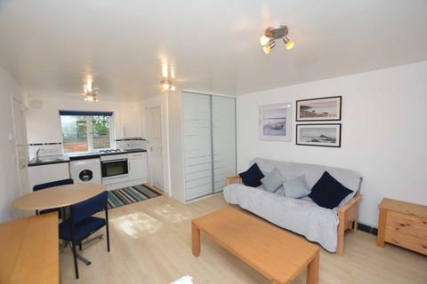 Studio to rent - Buckingham Road, Bletchley