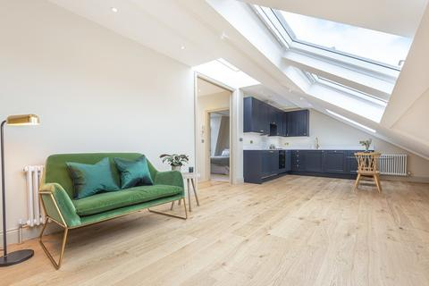 2 bedroom flat for sale - Devereux Road, London, SW11