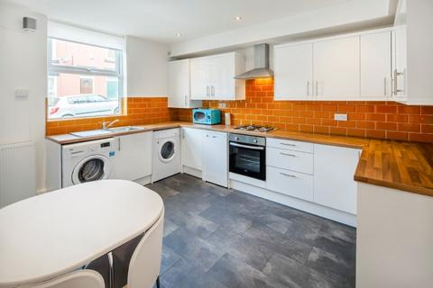 4 bedroom end of terrace house to rent - Chiswick Terrace, Hyde Park, Leeds, LS6 1QG