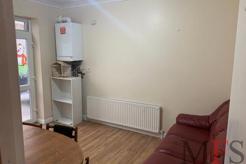 3 bedroom flat to rent - West End Road, Southall, UB1