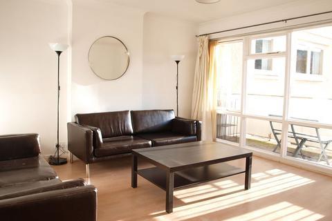 3 bedroom flat to rent - Queens Park Court, Edinburgh, EH8 7DY