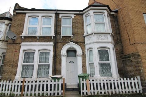 4 bedroom terraced house to rent - Oak Crescent, London, E16