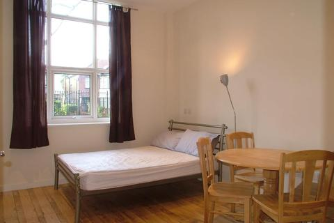 Studio to rent - Bromyard Avenue