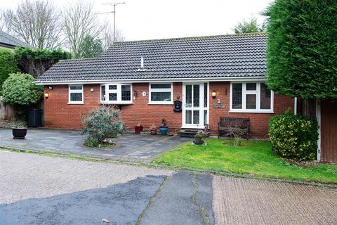 2 bedroom detached bungalow for sale - Cherrycot Hill, Farnborough Common