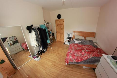 5 bedroom house share to rent - Dellow Street, London