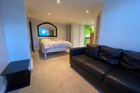 Studio to rent - Beechwood Crescent, Leeds, West Yorkshire, LS4