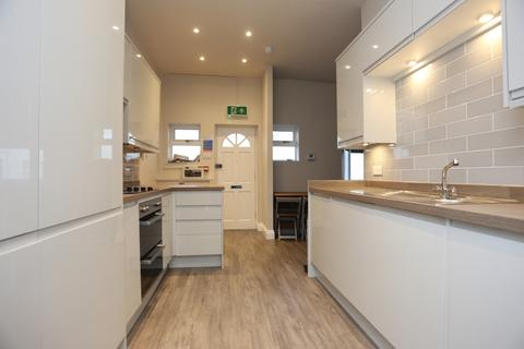 3 bedroom flat to rent - West Hill Street
