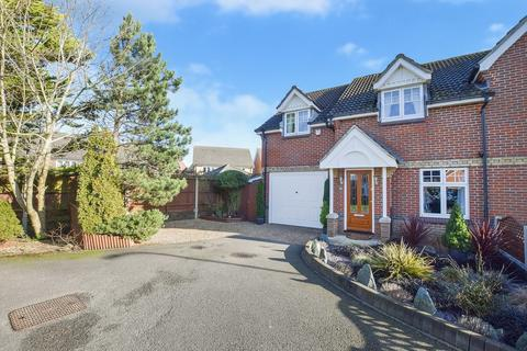 3 bedroom semi-detached house for sale - Gordon Close, Ashford