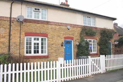 3 bedroom cottage for sale - Ordnance Close, Feltham