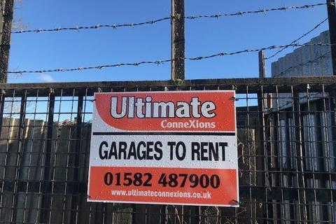 Garage to rent - Periwinkle Lane, Dunstable, Bedfordshire, LU6
