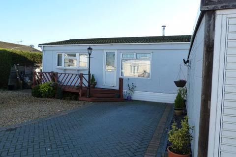 2 bedroom detached bungalow for sale - Wooburn Common Road, Wooburn Green