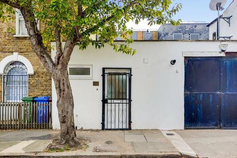 Studio to rent - Lynton Road, London