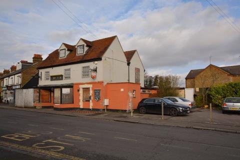 Pub to rent - High Street, Colnbrook