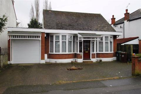 3 bedroom detached bungalow for sale - Chingford Avenue, Chingford
