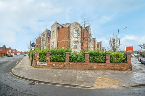 2 bedroom flat - Derwent House, Alnmouth Court, Newcastle Upon Tyne