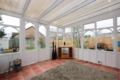 2 bedroom detached bungalow for sale - Allen Road, Rainham, Essex