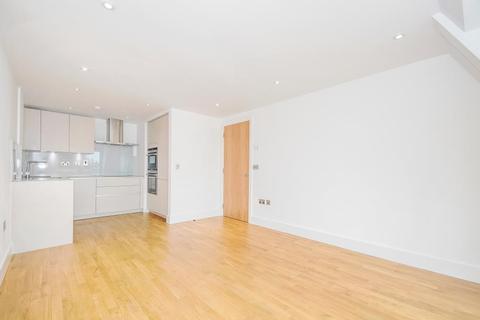 2 bedroom flat to rent - Oak End Way, Gerrards Cross SL9 8FN