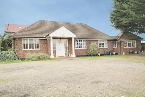 4 bedroom detached bungalow for sale - Old House Lane, Roydon