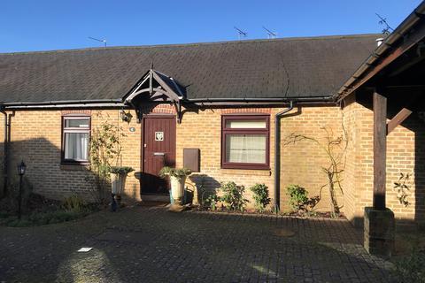 2 bedroom barn conversion to rent - Home Farm Court, Bovingdon, HP3
