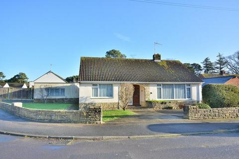 2 bedroom detached bungalow for sale - Longacre Drive, Ferndown, Dorset, BH22 9EE