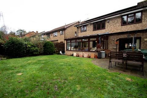 4 bedroom detached house for sale - BEAUTIFULLY Presented 4 Bedroom House BH11