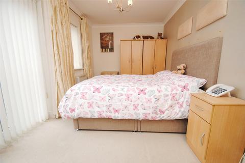 2 bedroom apartment for sale - Avon House, 172 Avon Road, Upminster, Essex, RM14