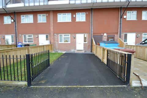 2 bedroom maisonette - Hursthead Walk, Manchester M13
